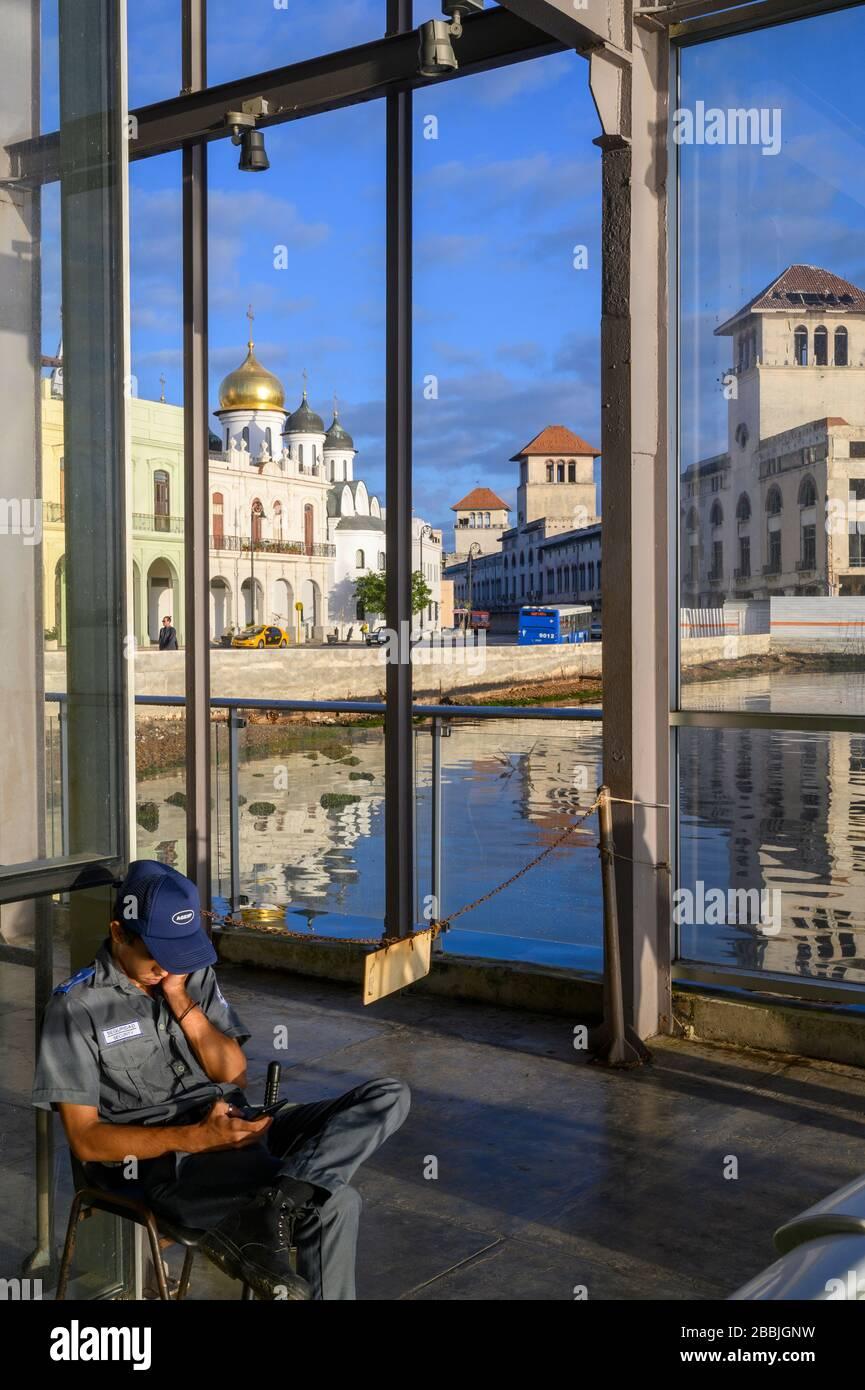 Terminal dei traghetti, l'Avana, Cuba. Cattedrale ortodossa di nostra Signora di Kazan oltre. Foto Stock