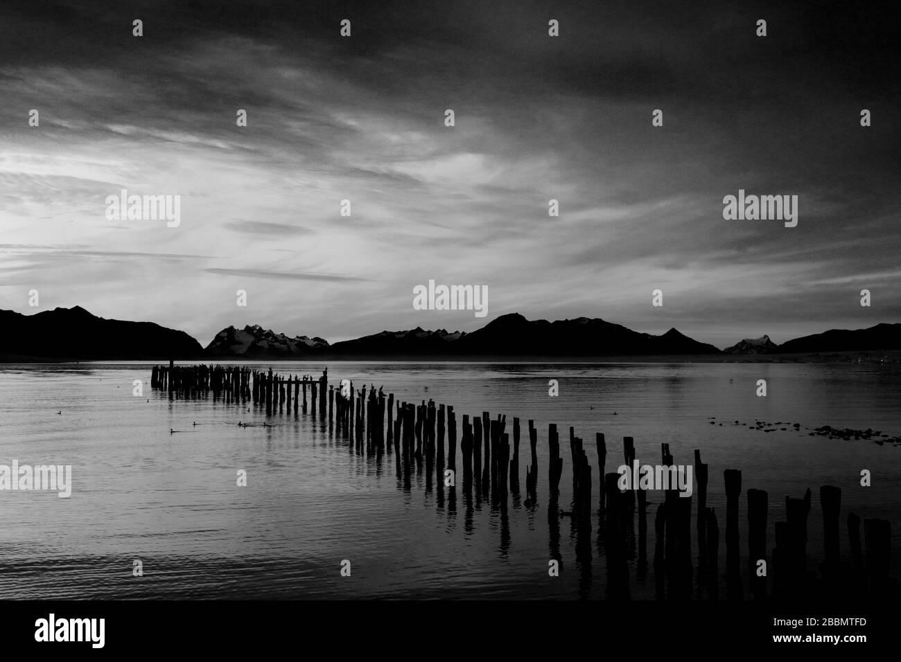 Tramonto sul Golfo dell'Ammiraglio Montt, Puerto Natales città, Patagonia, Cile, Sud America Foto Stock