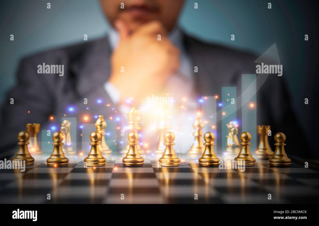 Fuoco selettivo degli scacchi dorati e del grafico di affari di successo davanti all'uomo di analisi professionale di affari. Concetto di leadership deve avere una soluzione per Foto Stock