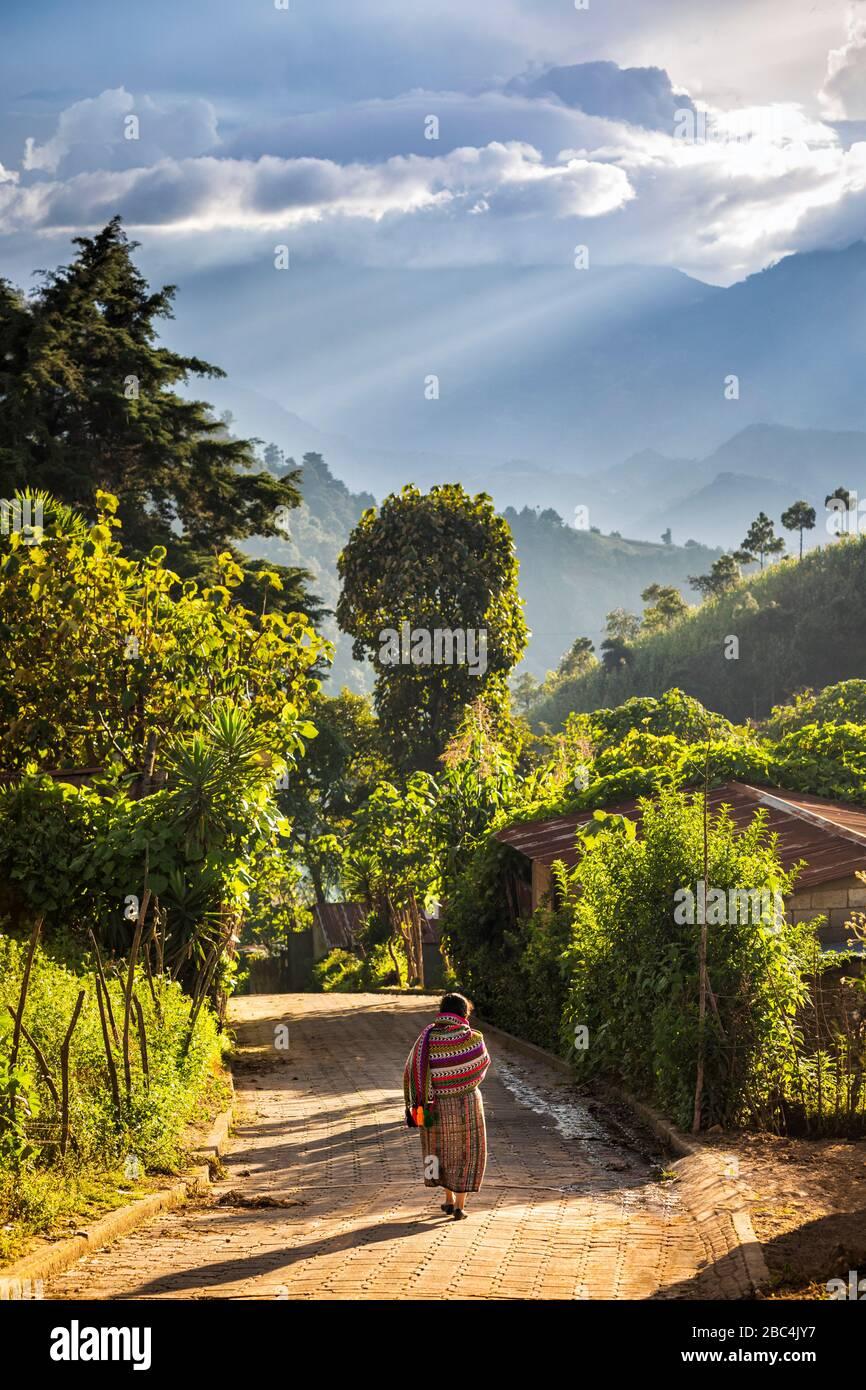 Donna a piedi nel villaggio altopiano di Chipiacul, Guatemala. Foto Stock