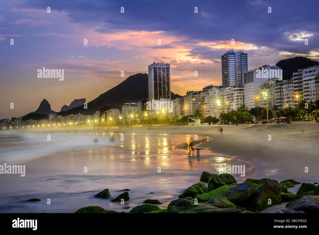 Copacabana spiaggia tramonto paesaggio, Praia Copacabana al tramonto viaggio Rio de Janeiro Brasile, scenico drammatico foto leggera viaggio Brasil ipanema Foto Stock