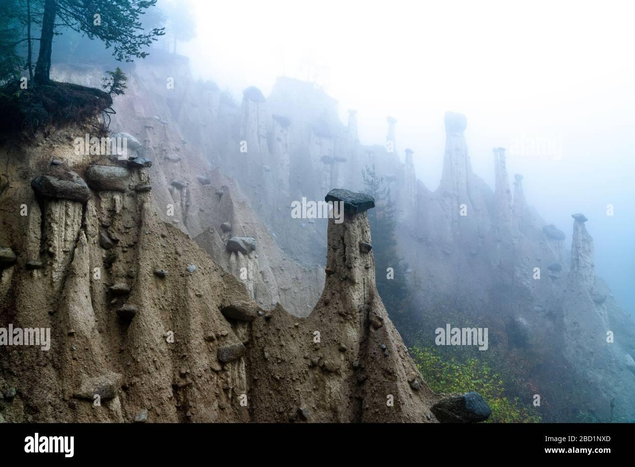 Nebbia sulle piramidi della Terra, Perca (Percha), provincia di Bolzano, Alto Adige, Italia, Europa Foto Stock