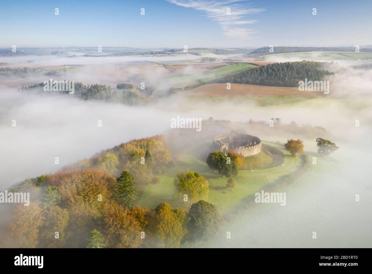 Veduta aerea dal drone del Castello di Restormel in una mattinata d'autunno, Lostwithiel, Cornovaglia, Inghilterra, Regno Unito, Europa Foto Stock