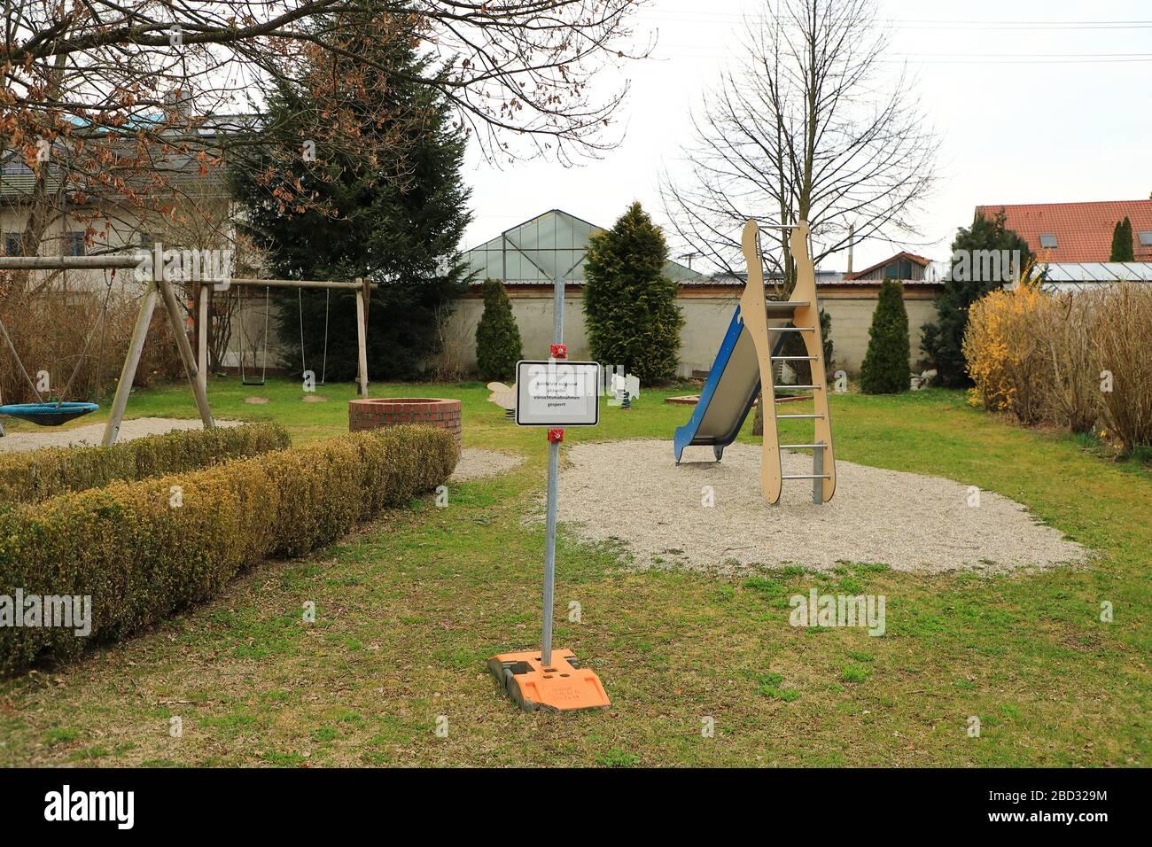 Parco giochi chiuso in un piccolo villaggio Foto Stock