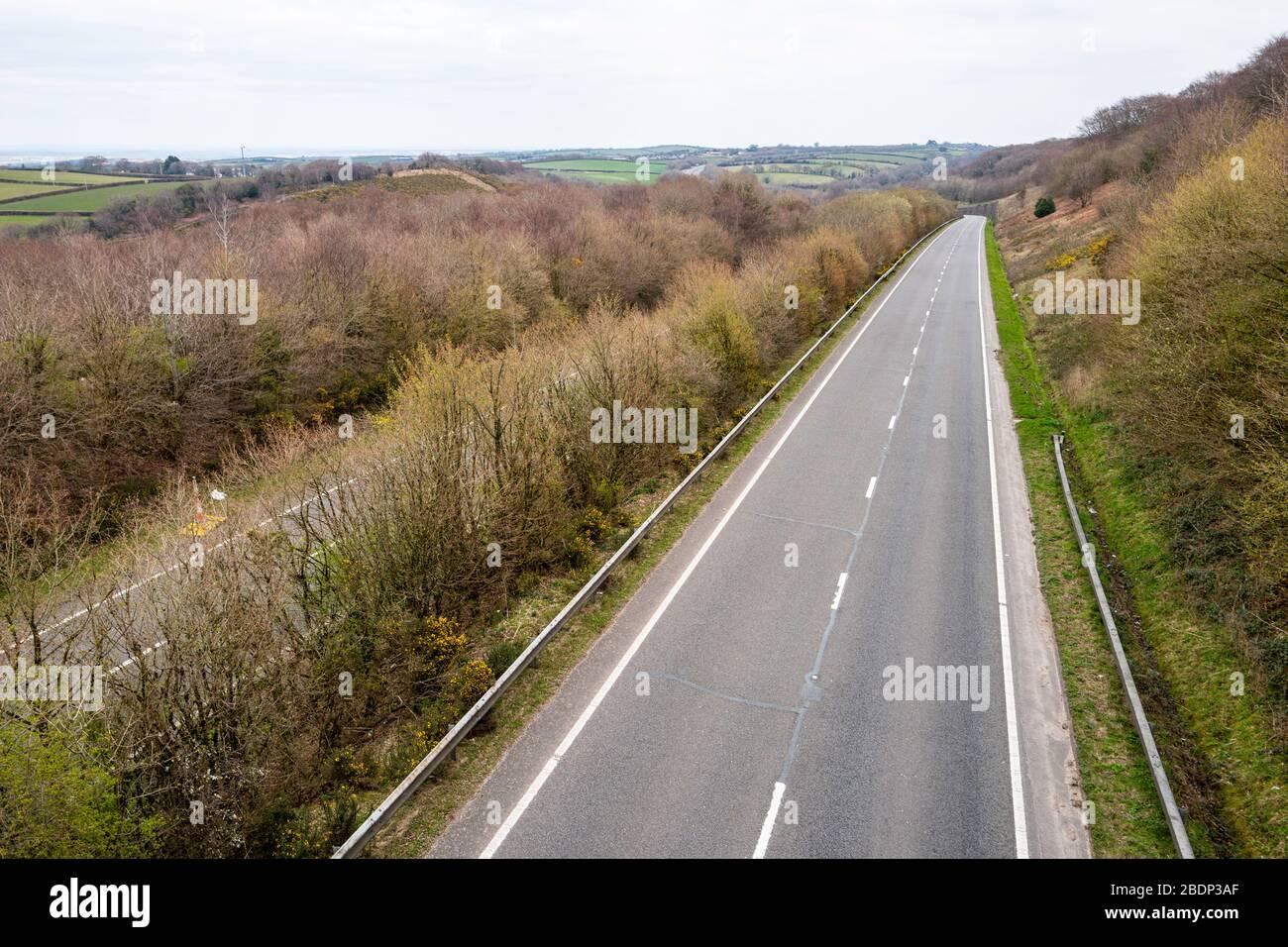 La strada del tronco A30 vuota non mostra alcun traffico di primavera per la Cornovaglia nel sud-ovest dell'Inghilterra durante le restrizioni di viaggio COVID-19, aprile 2020. Foto Stock