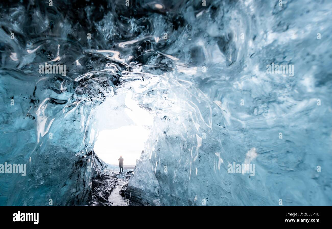 All'interno di una grotta di ghiaccio sul ghiacciaio in Islanda Foto Stock