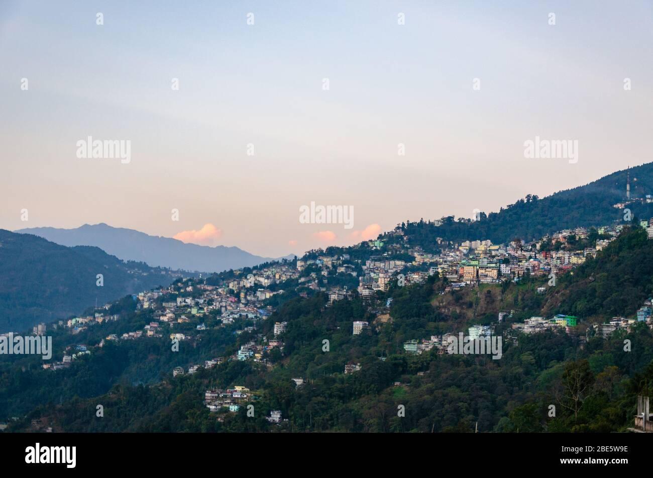 Bella vista della città di Gangtok immerso nelle montagne, durante il tramonto in Sikkim, India Foto Stock