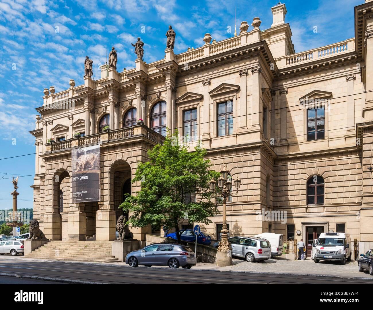 Il Rudolfinum (1885) è un edificio in stile neo-rinascimentale e la sala concerti ospita l'orchestra filarmonica ceca. Praga, Repubblica Ceca. Foto Stock