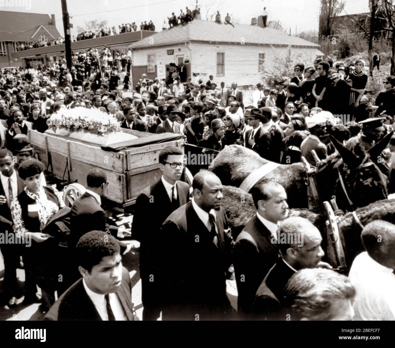 Il funerale del ministro dei diritti civili ucciso Martin Luther King Jr. Martin Luther King Jr. (Nato Michael King Jr.; 15 gennaio 1929 – 4 aprile 1968) è stato un ministro e attivista cristiano americano che è diventato il portavoce più visibile e leader nel movimento per i diritti civili dal 1955 fino al suo assassinio nel 1968. Foto Stock