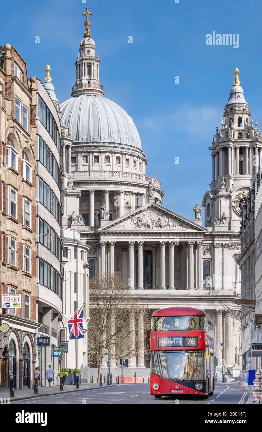 Regno Unito, Londra, Ludgate Hill. Un autobus rosso di Londra di fronte alla cattedrale di St. Paul Foto Stock