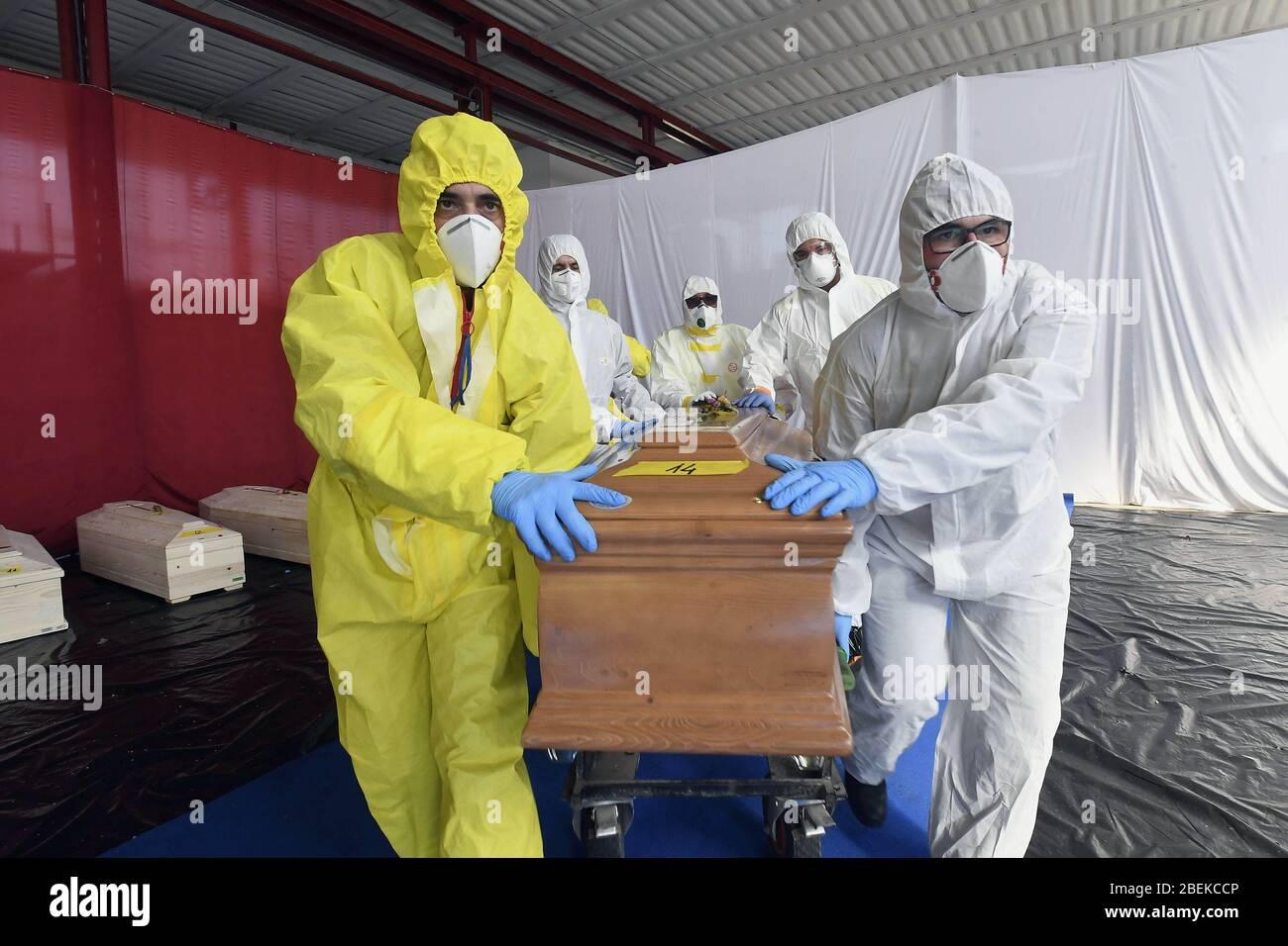 Italia, Regione Lombardia, Ponte San Pietro (Bergamo), 13 aprile 2020 : emergenza Coronavirus, Covid-19. Gli uomini di produzione civile prendono le bare in un d Foto Stock
