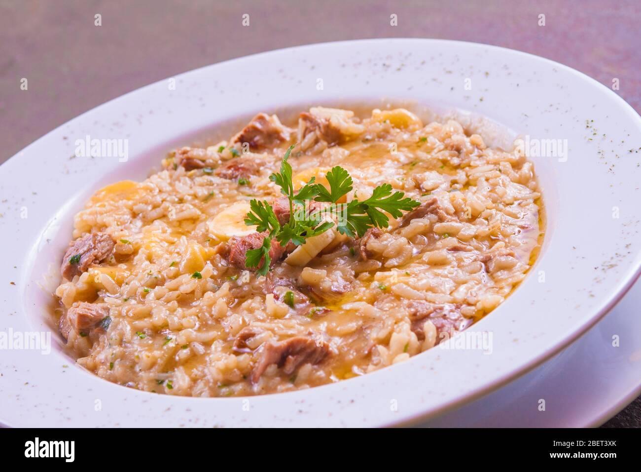 Risotto di manzo a jerked con formaggio e fette di mango Foto Stock