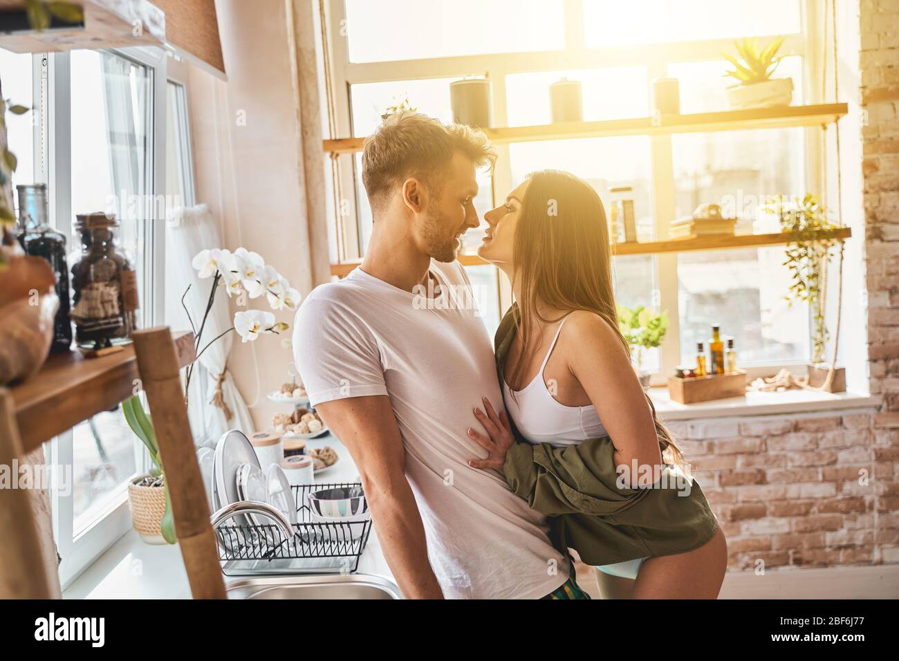 Giovane donna rilassata flirtare con il suo partner Foto Stock