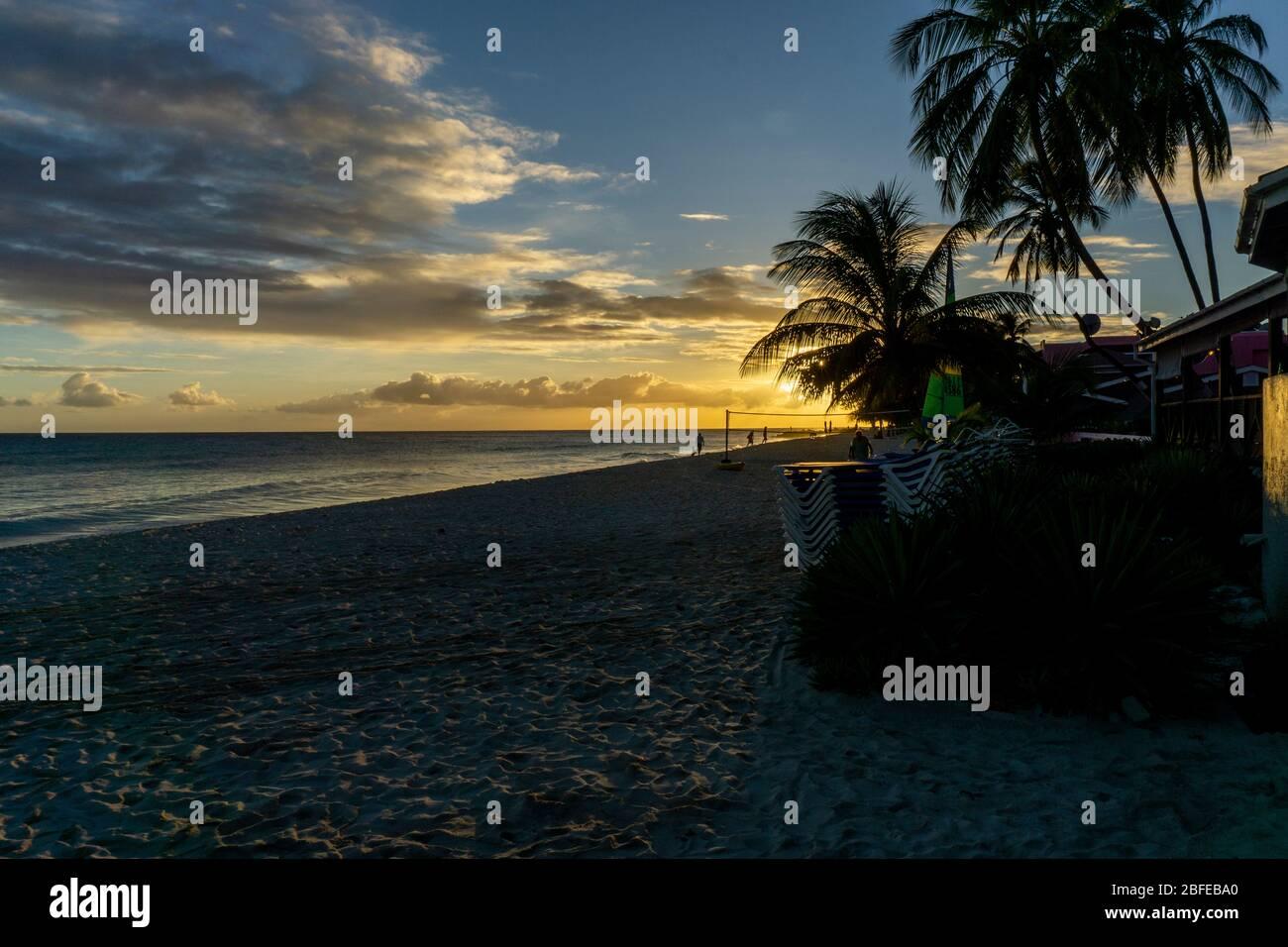 Tramonto a Dover Beach, St. Lawrence Gap, costa sud di Barbados, dei Caraibi. Foto Stock