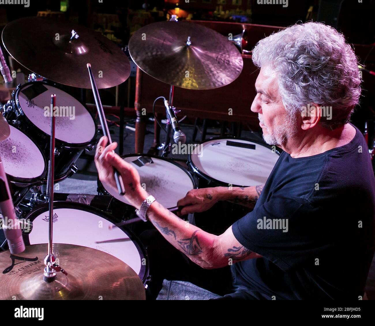 Il batterista Steve Gadd si riscalda prima di uno spettacolo con la sua band, la Steve Gadd Band, al Catalina Jazz Club di Los Angeles, California. Foto Stock