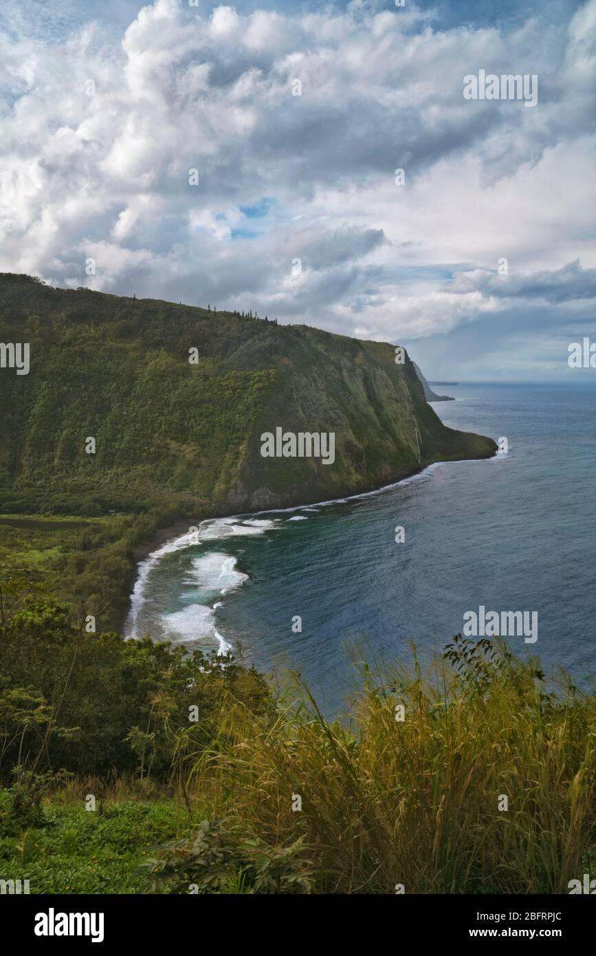 Le pause del sole pomeridiane e le nuvole tempeste passano sopra la Valle di Waipio con questa vista mozzafiato lungo la Costa di Hamakua sulla Grande Isola delle Hawaii. Foto Stock