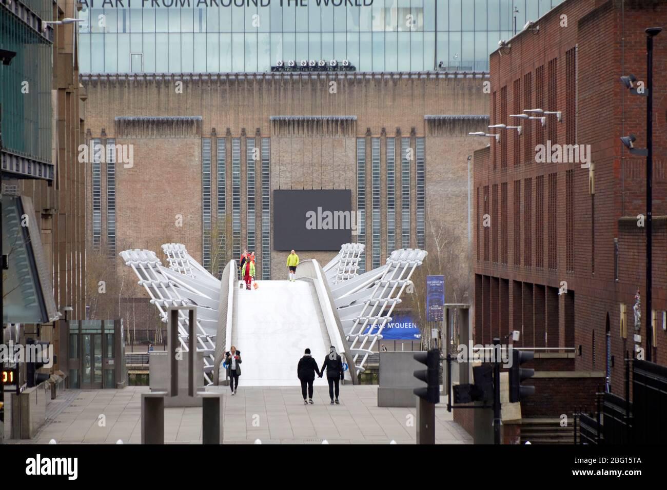 Persone che si allenano sulla strada di St Martin e il Millenium Bridge con Tate Modern durante i viaggi limitati di Coronavirus COVID-19 Lockdown a Londra EC4 Foto Stock