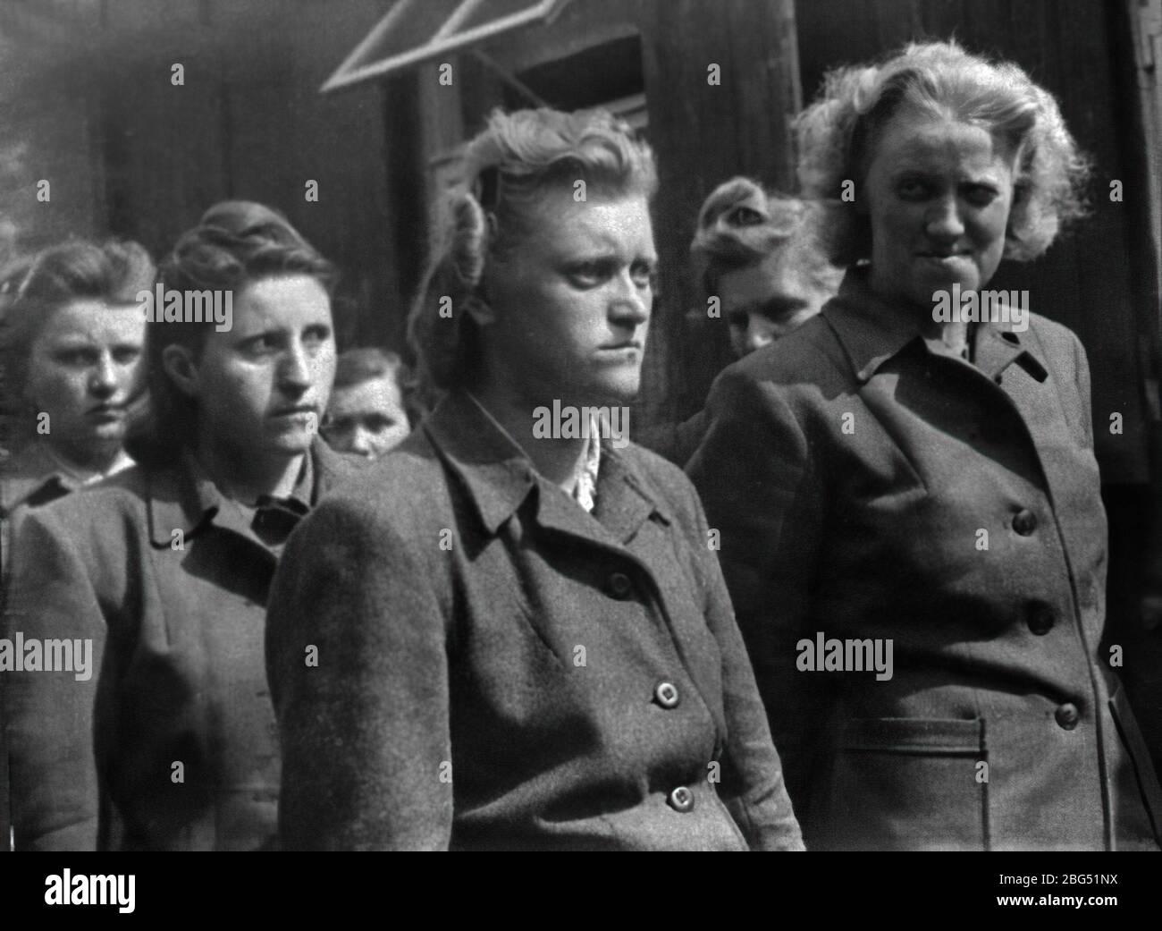 Documentario sulla seconda guerra mondiale. Guardie femminili del campo di concentramento di Bergen-Belsen subito dopo la loro cattura da parte dei soldati britannici nell'aprile 1945. Foto Stock