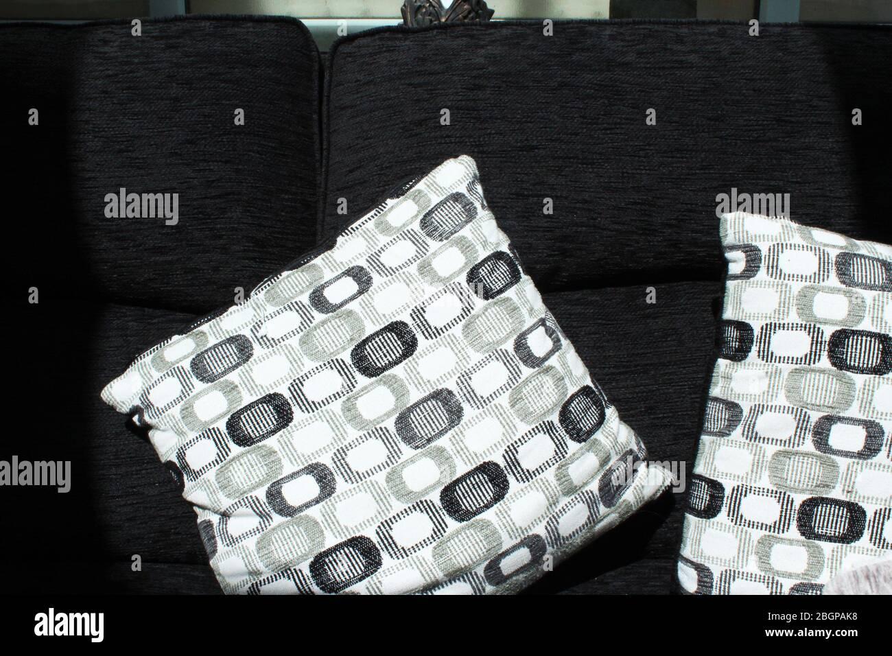 Cuscini Bianchi E Neri divano nero immagini & divano nero fotos stock - alamy