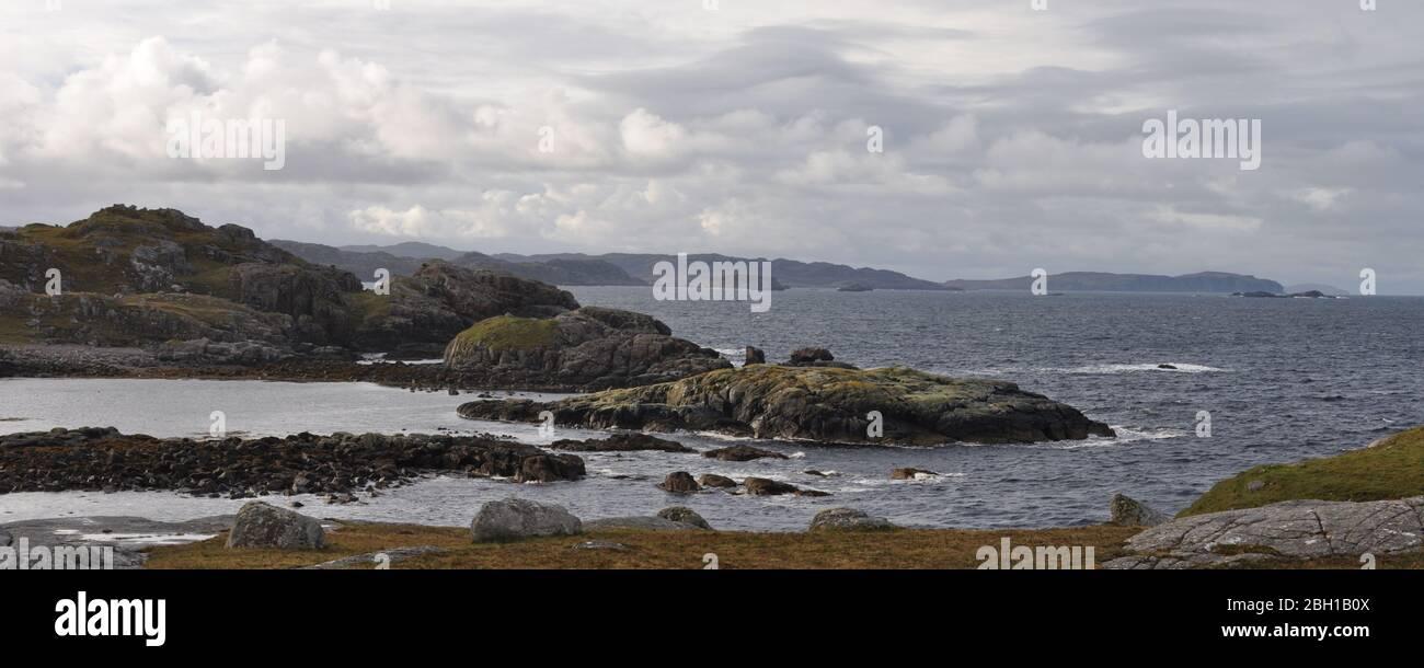 Vista dalla penisola di Headland a Oldshoremore Bay, Kinlochbervie, Sutherland, Scozia Foto Stock