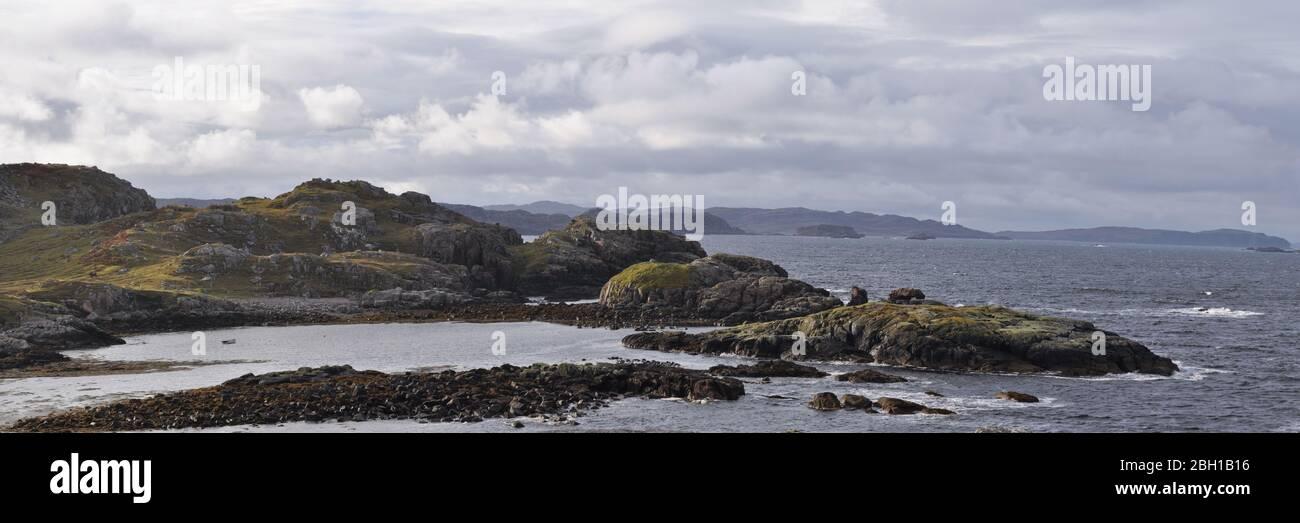 Vista dalla penisola di Headland a Oldshoremore Bay, Kinlochbervie, Sutherland, Scozia 3:1 Panorama Foto Stock