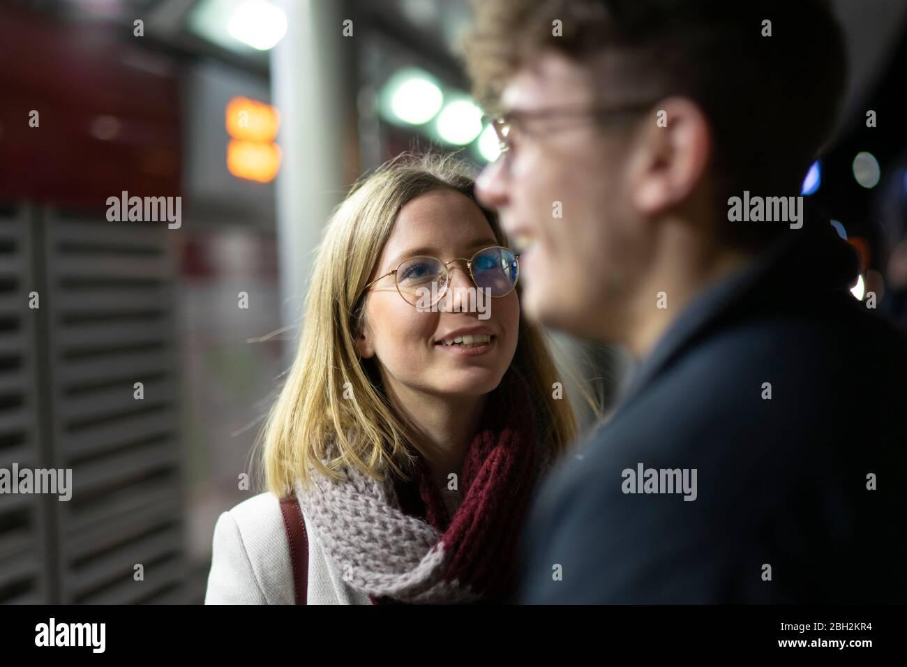 Ritratto di giovane donna sorridente che guarda il suo ragazzo Foto Stock