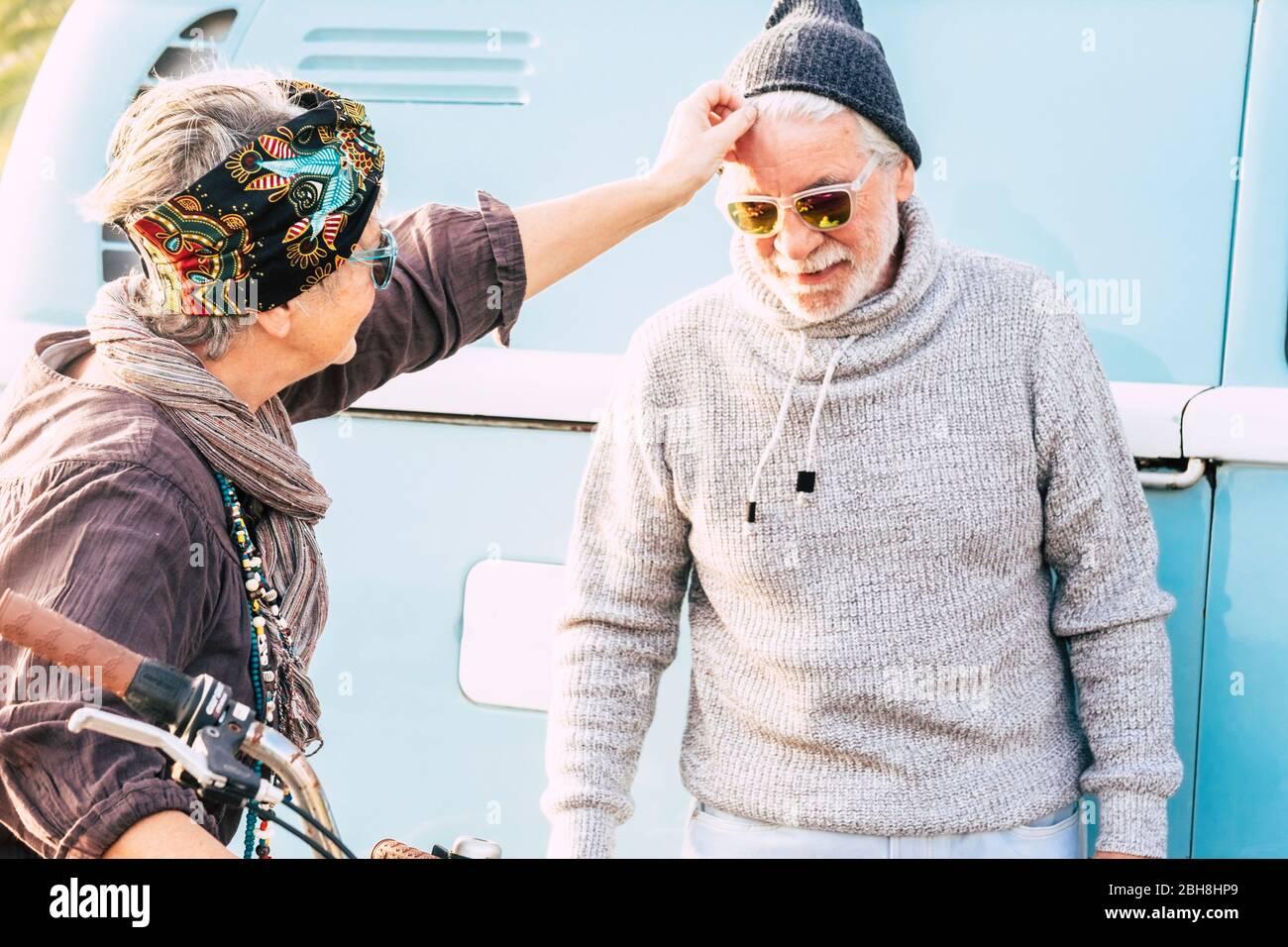 Pensionato felice gente concetto di viaggiatore - uomo e donna matura caucasica si prendono cura di se stessi e godere la coppia - vita reale stile di vita attività di svago all'aperto Foto Stock