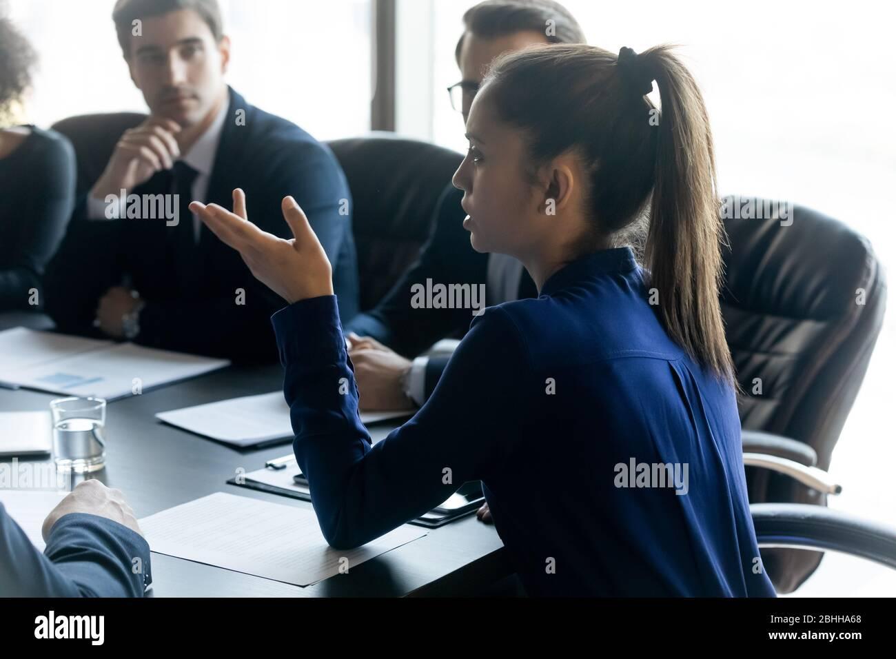 Leader fiducioso di una donna d'affari che parla alla riunione aziendale Foto Stock