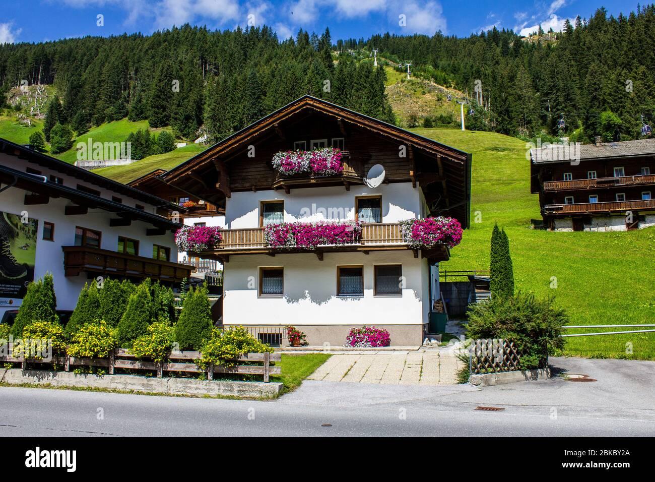 Tux, Austria - 11 agosto 2019: Chalet tradizionali nella Valle di Tux, Tirolo Foto Stock