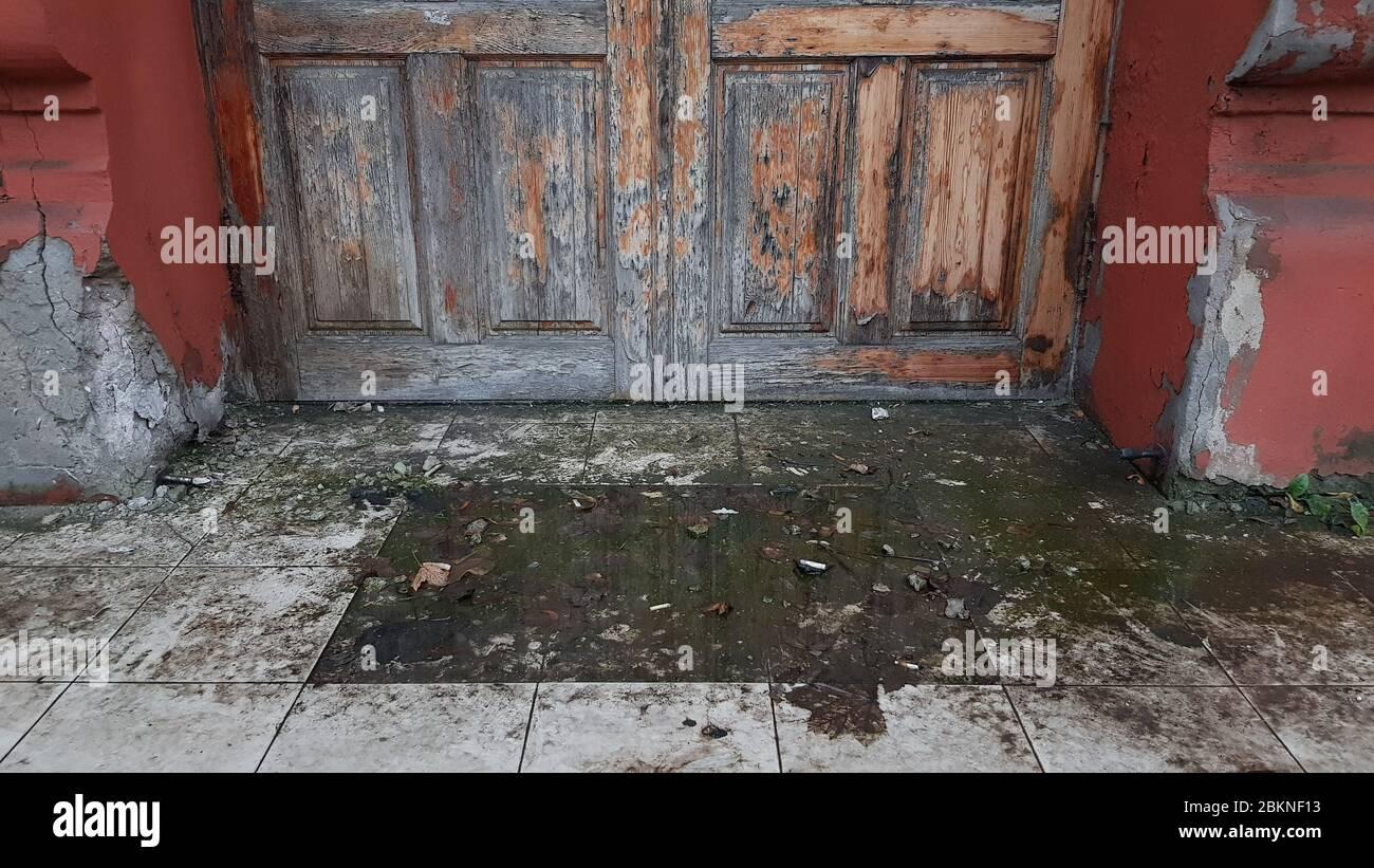 Come Sistemare Una Porta In Legno porta di legno marcio immagini & porta di legno marcio fotos
