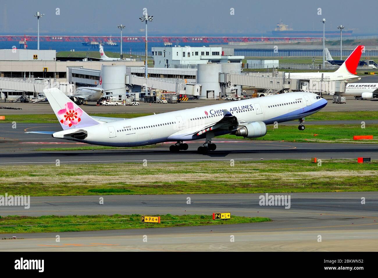 China Airlines, Taiwan, Airbus, A330-300, B-18353, decollo, aeroporto Haneda di Tokyo, Tokyo, Giappone Foto Stock