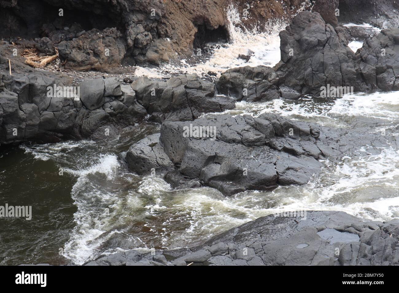 Il torrente Palikea attraversa la roccia vulcanica presso l'Oheo Gulch a Hana, Maui, Hawaii, USA Foto Stock