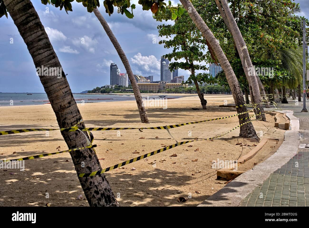 Effetto COVID-19. Coronavirus lockdown cordonato fuori spiaggia vuota a Pattaya Thailandia a causa della minaccia Coronavirus con tutti gli accessi negato e vietato. Foto Stock