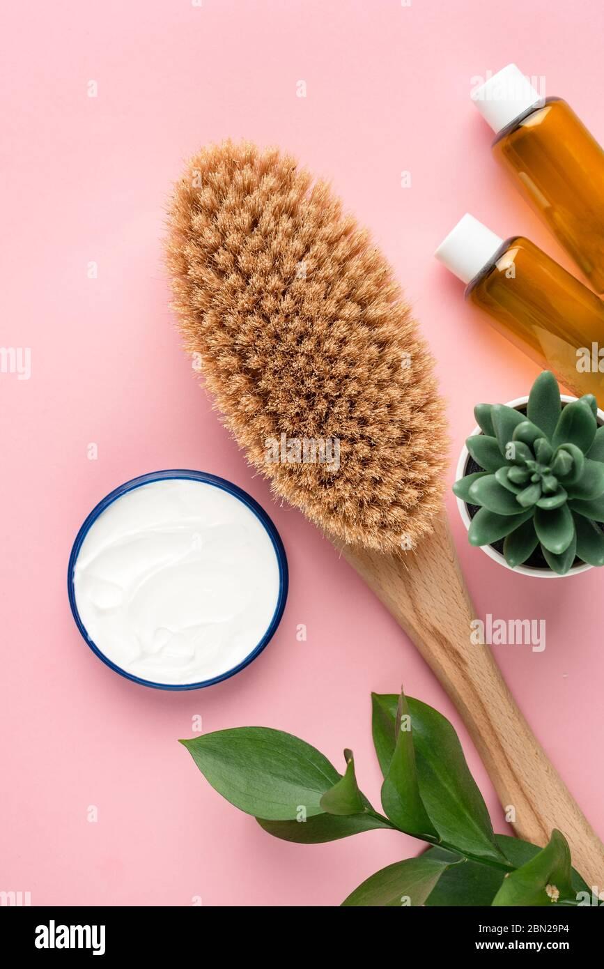 Bellezza e spa oggetti cosmetici piatti su sfondo rosa Foto Stock