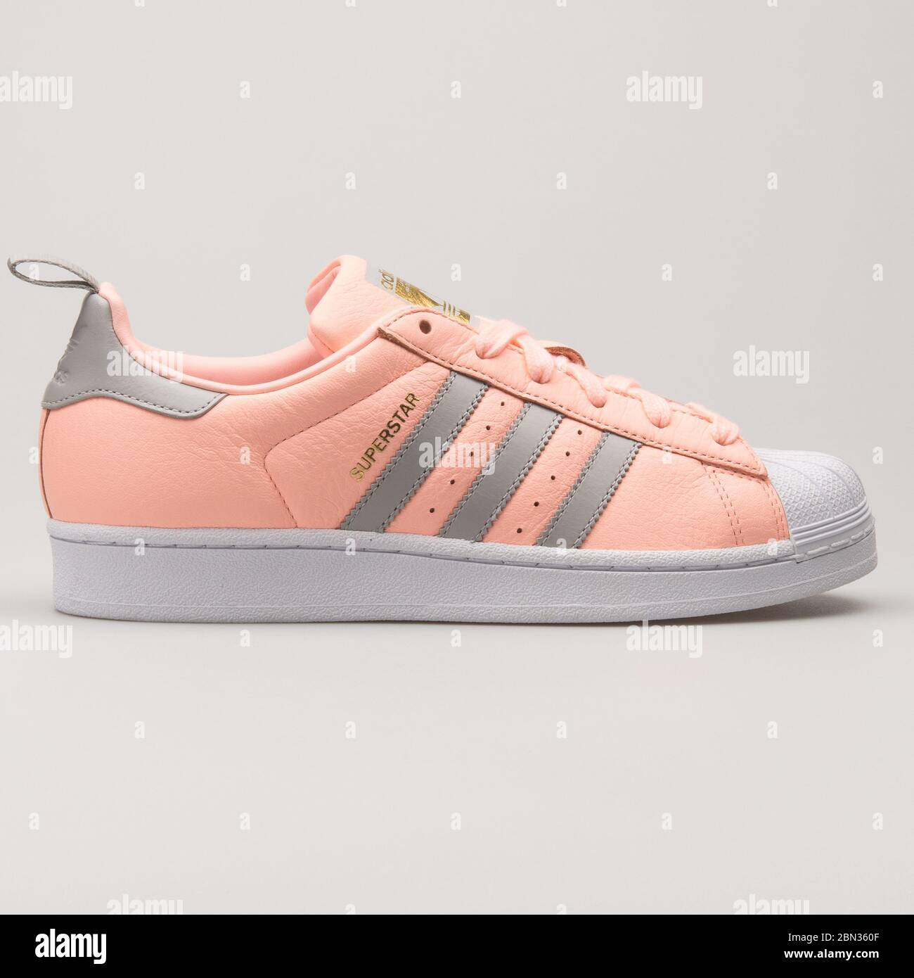White Adidas Superstar Trainers Immagini e Fotos Stock Alamy