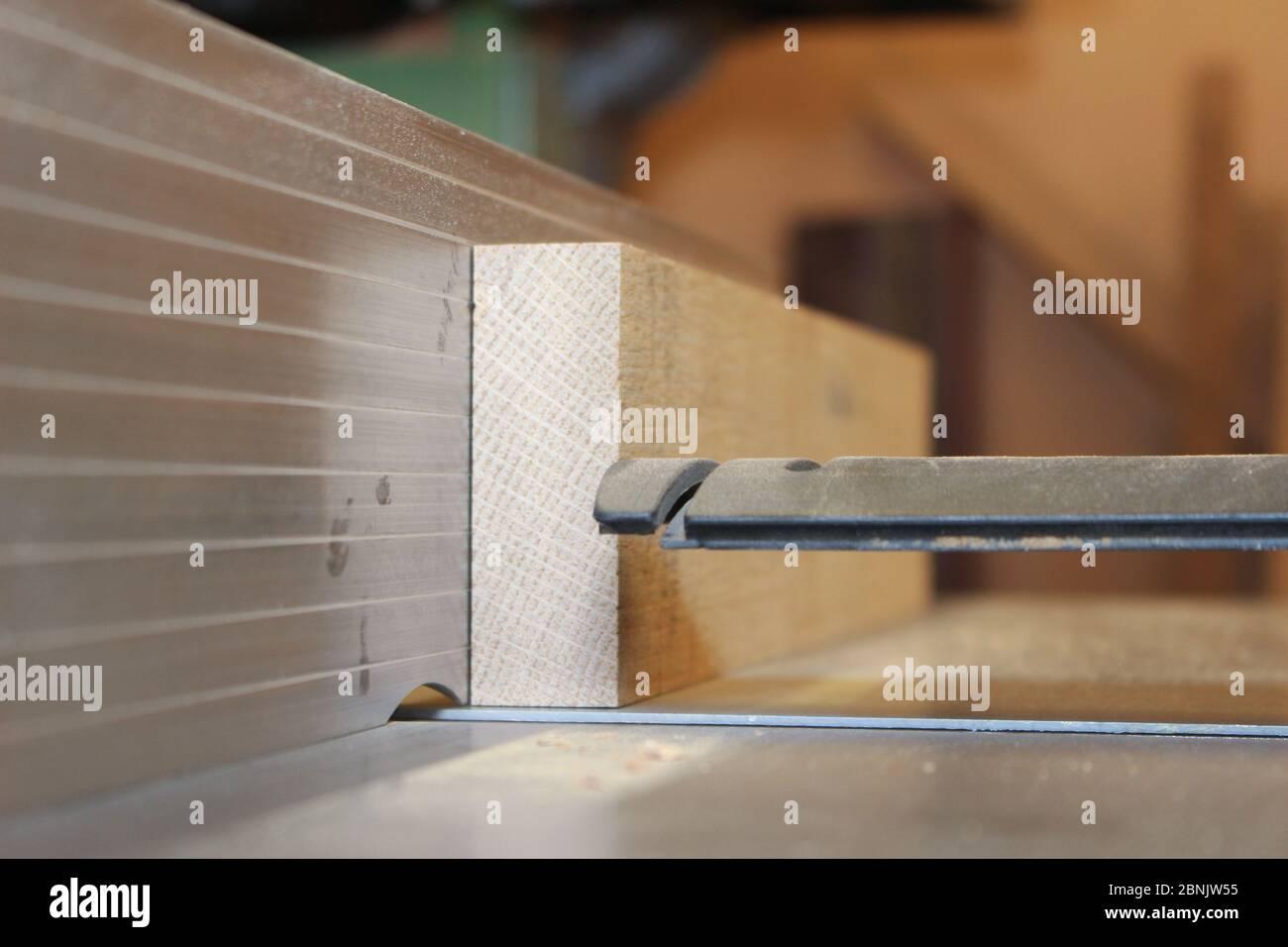 Legname di quercia passato su una piallatrice di superficie Foto Stock