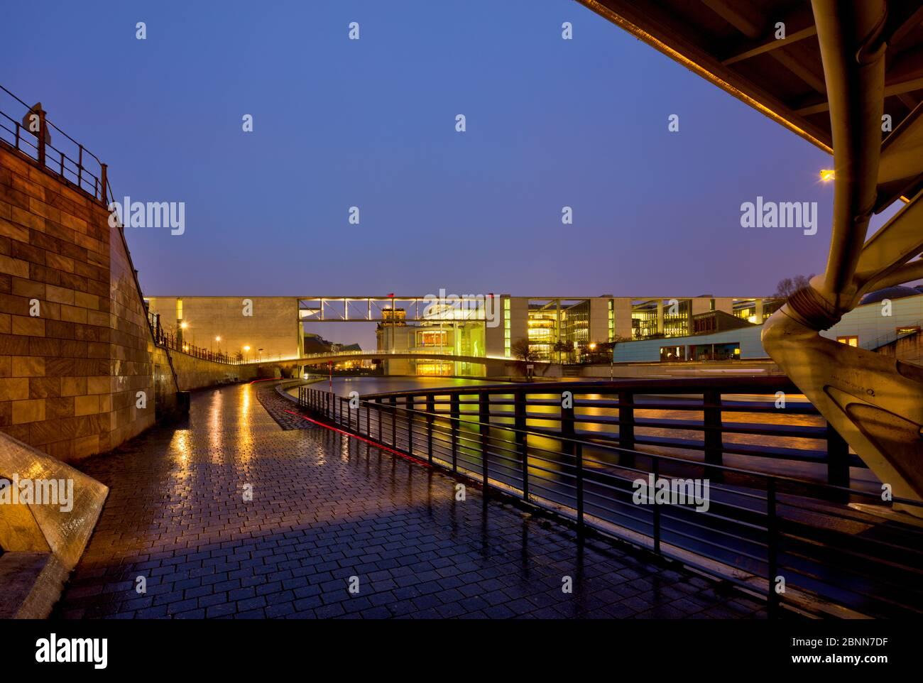 Vista sullo Sprea, Marie-Elisabeth-Lüders-Haus, pioggia, riflessione, illuminato, Bundestag, quartiere governativo, Berlino, Germania Foto Stock