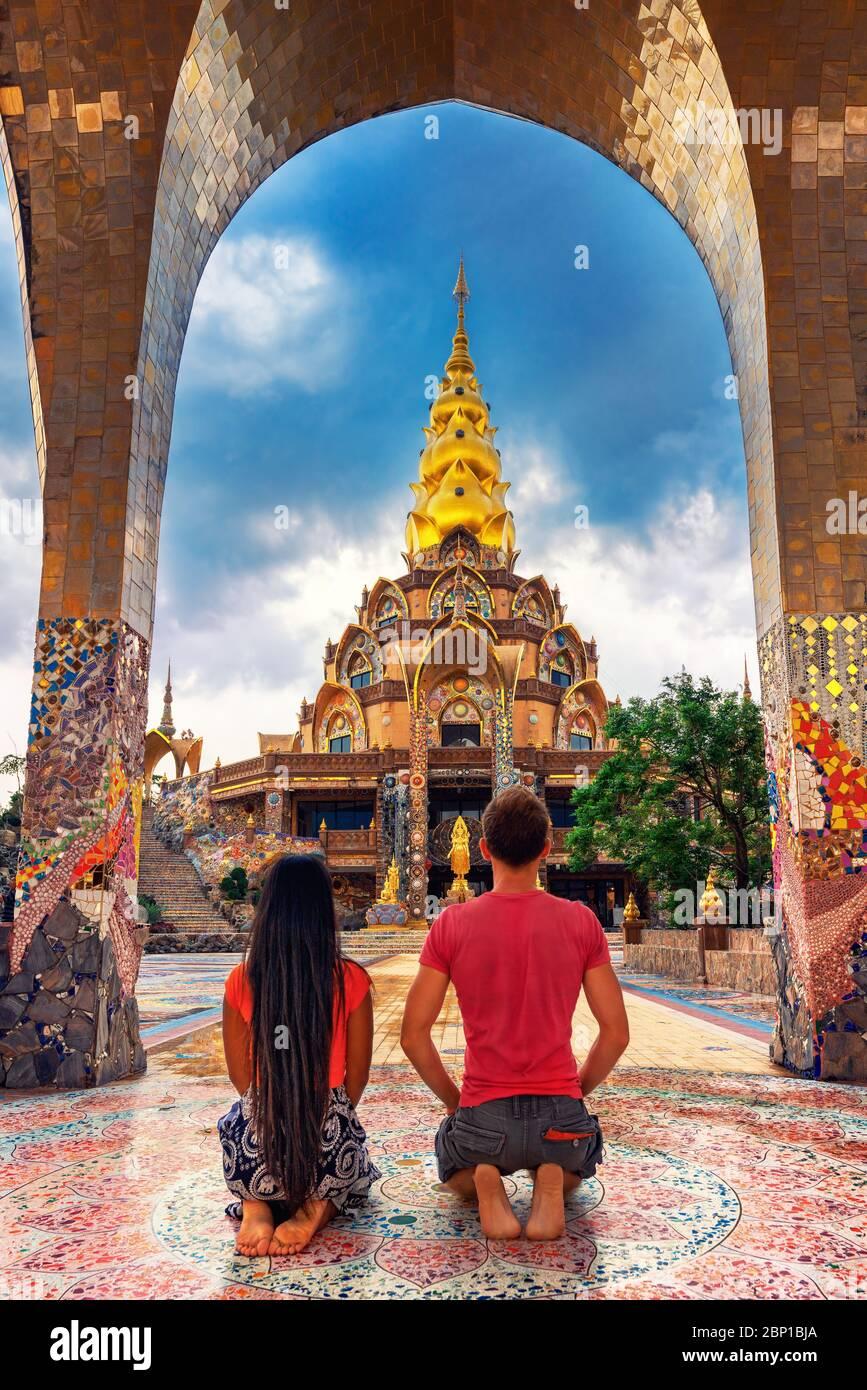Happy Travel coppia esplorare scenario architettura tailandese in stile Lanna nel tempio buddista Thailandia. Cultura e religione asiatiche Foto Stock