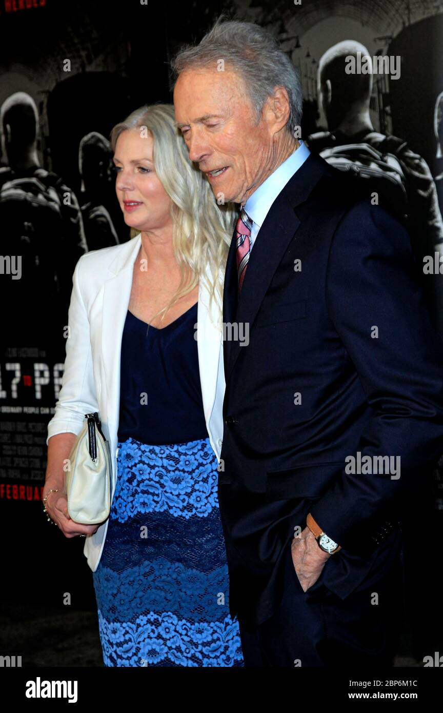 Burbank, Stati Uniti. 05 febbraio 2018. Clint Eastwood con la fidanzata Christina Sandera alla prima del film 'le 15:17 a Parigi' al Teatro Steven J. Ross su Warner Bros Studios Gelande. Burbank, 5 febbraio 2018 | utilizzo in tutto il mondo Credit: dpa/Alamy Live News Foto Stock