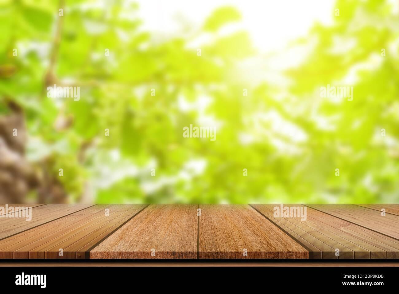 Tavolo Vuoto In Legno Su Sfondo Verde Sfocato Per L Esposizione Del Prodotto Foto Stock Alamy