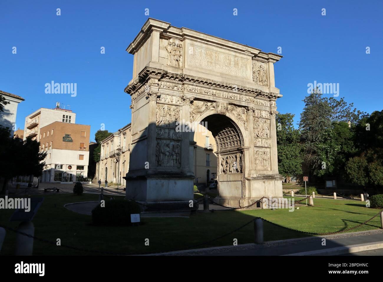 Benevento - Arco di Traiano di mattina presto Foto Stock