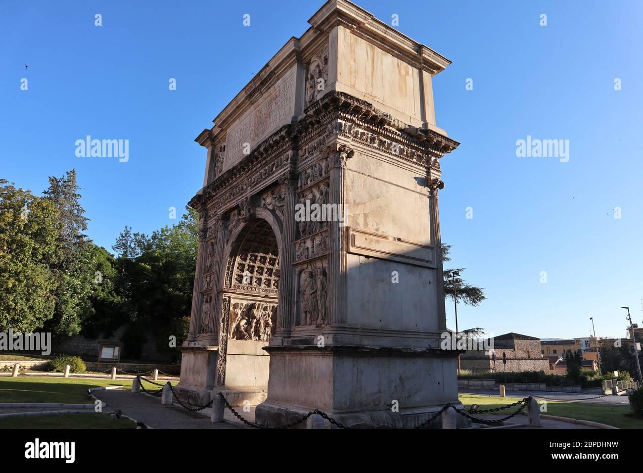 Benevento - Arco di Traiano la mattina presto Foto Stock