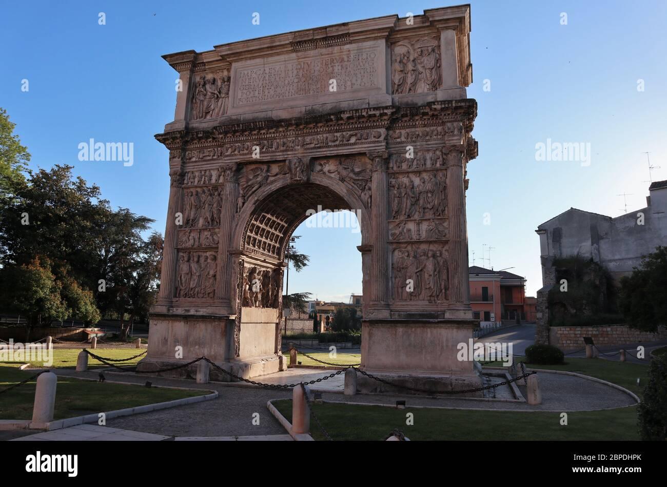 Benevento - Arco Traiano la mattina presto Foto Stock