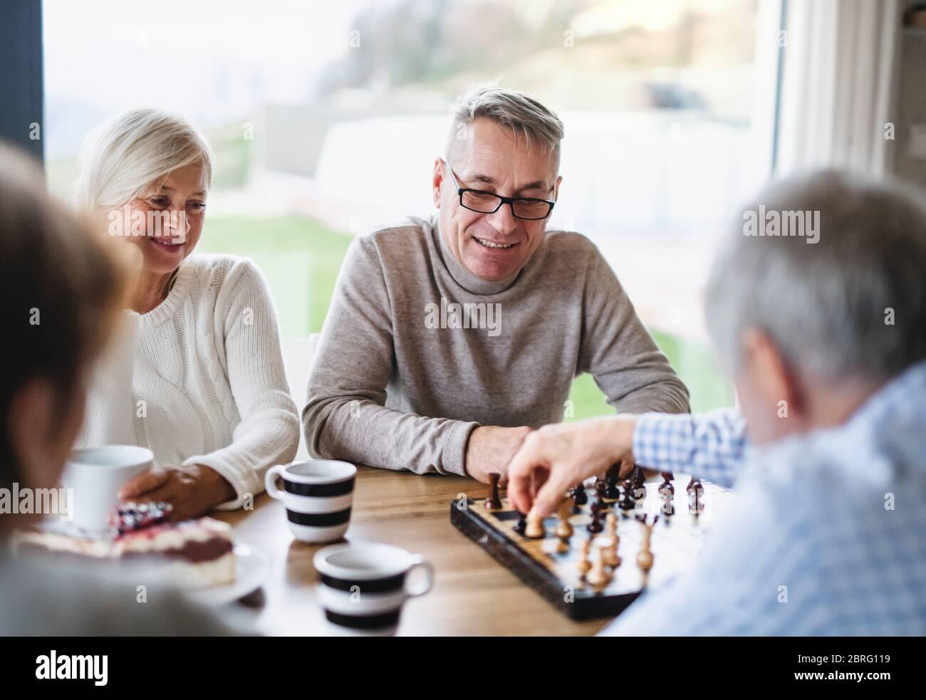 Gruppo di amici senior a casa, giocando a giochi da tavolo. Foto Stock