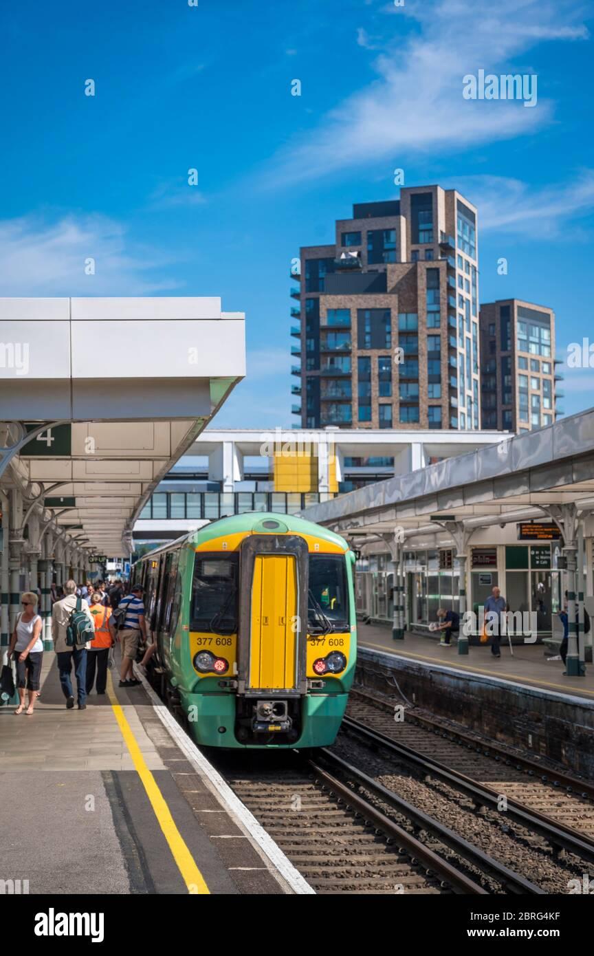 Southern Railway classe 377 treno passeggeri in attesa di imbarcarsi presso una stazione ferroviaria di Londra, Inghilterra. Foto Stock