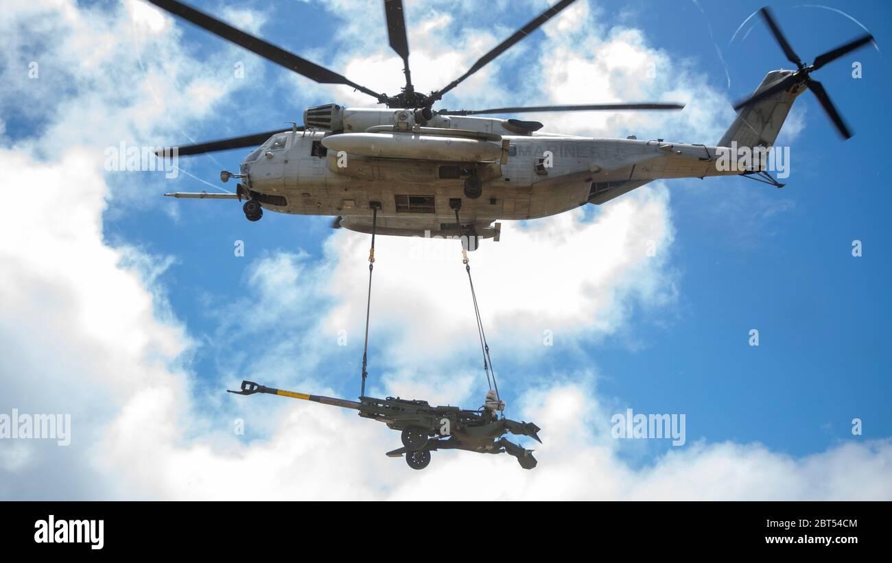US Marine Corps CH-53E Super Stallion elicottero con Marine Heavy Helicopter Squadron 463 solleva il M777 Howitzer durante un esercizio di sollevamento sulla base del corpo dei Marine Hawaii, 21 maggio 2020. HMH-463 ha lavorato con il 1° Battaglione, 12° Marines e Battaglione Logistica di combattimento 3 per aumentare le competenze e la preparazione al combattimento. (STATI UNITI Marine Corps foto di CPL. Eric Tso) Foto Stock