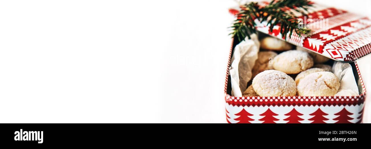 Scatola Latta Biscotti Natale.Svizzeri Tradizionali Biscotti Di Natale Con Noce Di Cocco In Una Scatola Di Latta Foto Stock Alamy
