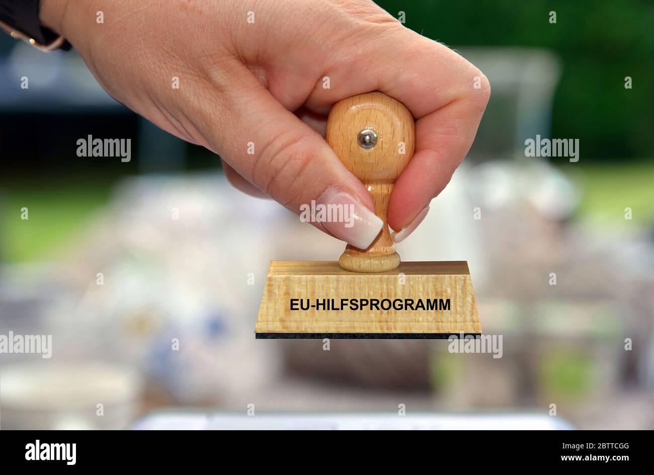 Hand mit Stempel, Frauenhand, Aufschrift: EU-Hilfsprogramm, Foto Stock