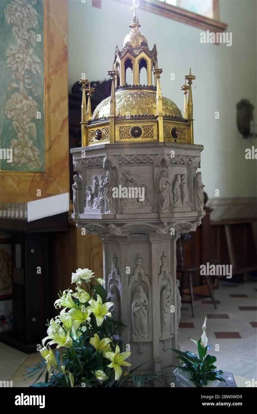 Fonte battesimale nella Basilica della Presentazione della Beata Vergine Maria a Wadowice. Taufbecken in der Pfarrkirche a Wadowice. Chrzcielnica Foto Stock