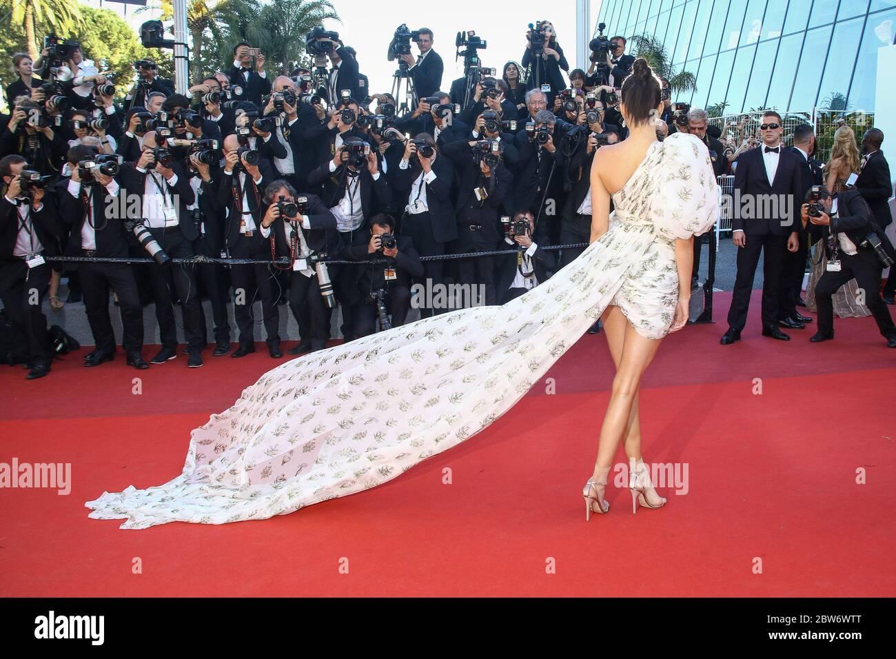 Kendall Jenner pose sur le tapis rouge à l'occassion de la montée des marches pour le film 120 BATTEMENTS PAR MINUTE pendant le soixante-dixième (70ème) Festival du Film à Cannes, Palais des Festivals et des Congres, Cannes, Sud de la France, samedi 20 mai 2017. Philippe FARJON / AGENZIA di Stampa VISIVA Foto Stock